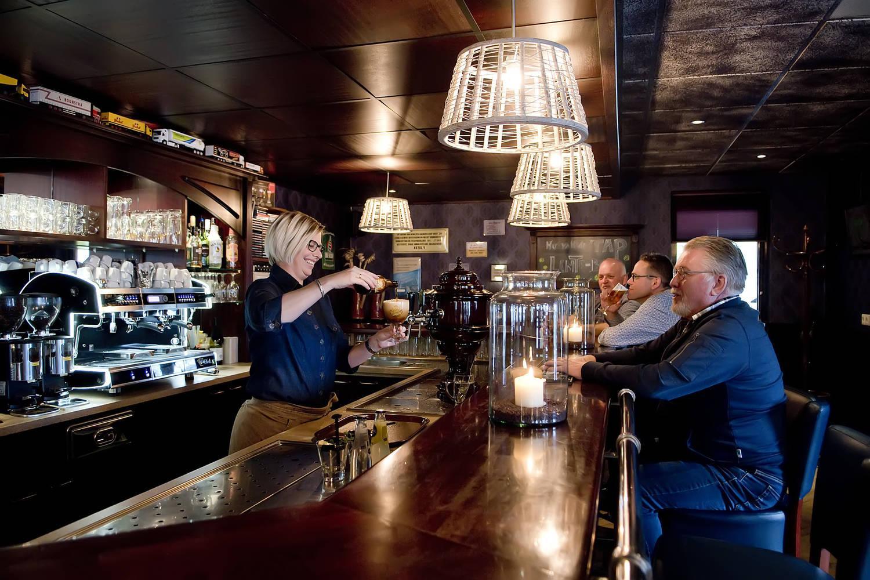 Aan de bar bij restaurant zalen van Veen